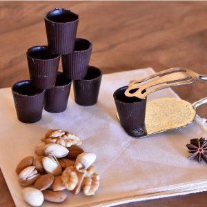 Bicchierini di cioccolato fondente dolci aveja distesi su un panno pianco pronti per la colazione