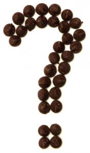 Cioccolato a furma di punto interrogativo su sfondo bianco
