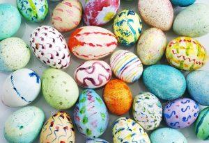 Uova di Pasqua decorate a mano con colori diversi