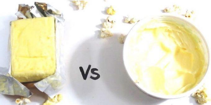Panetto di burro su tavolo insieme a ciotola di margarina