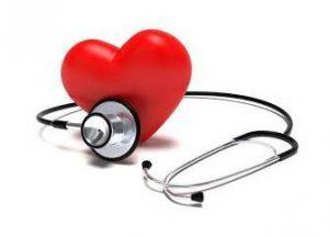 cuore rosso avvolto da stetoscopio